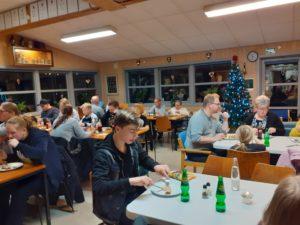 Folk spiser til julekomsammen