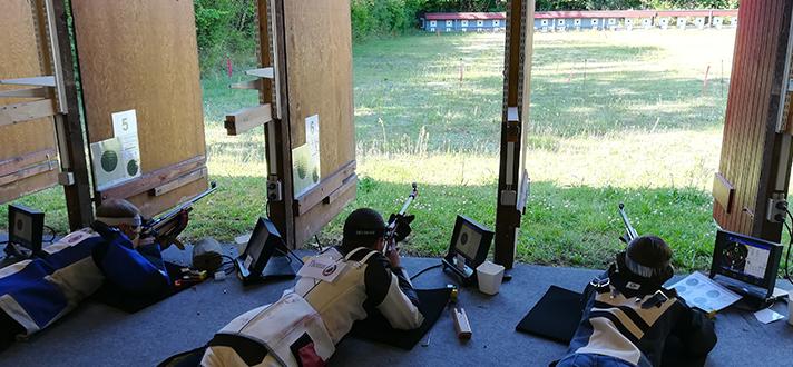 Tre som skyder efter mål udenfor