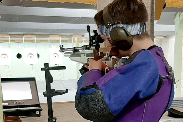 En ung mand skyder med riffel